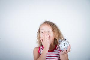 Ranné vstávanie spôsobuje deťom stres