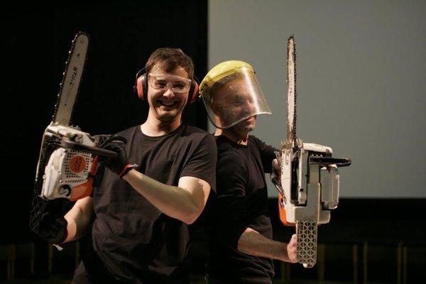 Stanislav Piatrik aPeter Valiska Timečko. Umenie robia motorovými pílami.