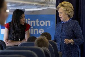Clintonová so svojou poradkyňou Humou Abedinovou.