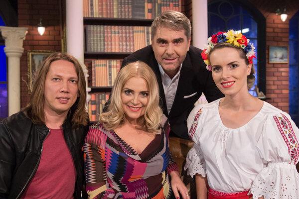 Hviezdy talkshow si po natáčaní zapózovali. Sprava Vlasta Mudríková, Peter Marcin, Zuzana Vačková aPeter Cmorík.
