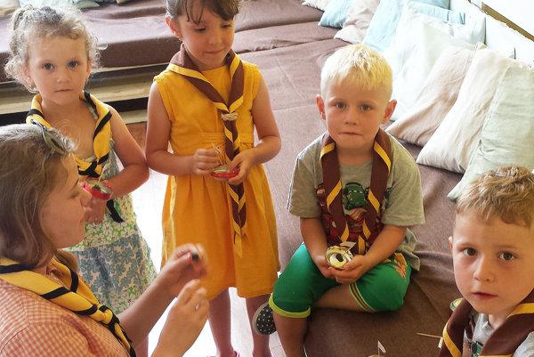 Deťom sa popoludňajší program so staršími skautmi páči.