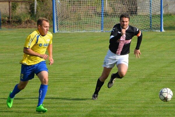 Hrušovany vyhrali v Leviciach. Snímka je z nedávneho zápasu proti Palárikovu - vpravo Miloš Krško.