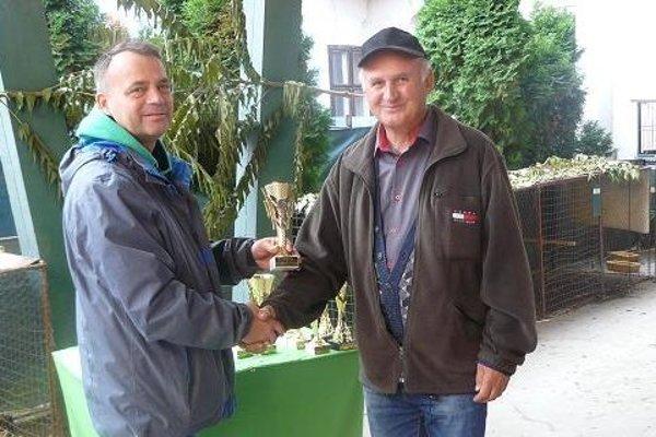 Predseda OV SZCH Levice odovzdal cenu Štefanovi Mandrákovi.