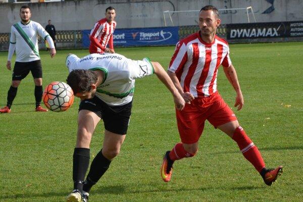 Adrián Candrák (vpravo) prihral na dva góly a v závere uzavrel gólom triumf Tovarník na 3:0.
