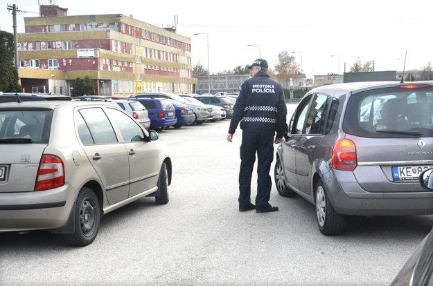 Mestskí policajti. Usmerňovali šoférov, či nájdu miesto.
