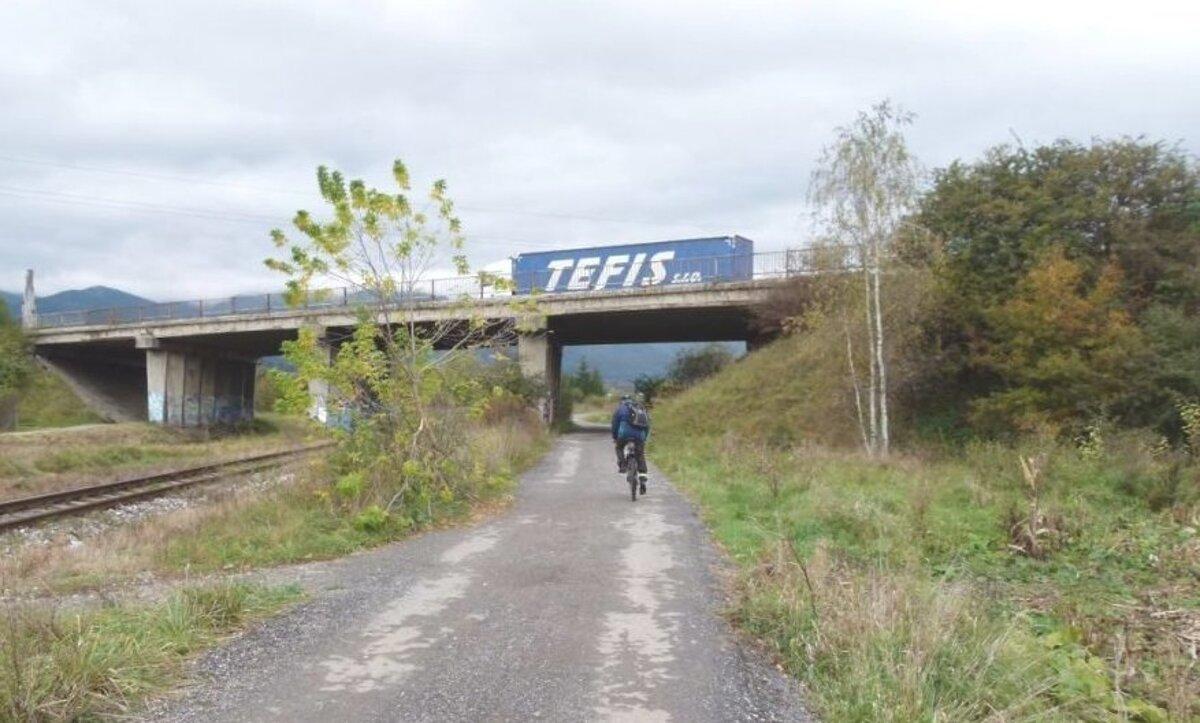 Na cyklochodníku pri firme Ecco Slovakia zrejme pribudne osvetlenie.  (Zdroj  ROMAN BREZNIAK) a9ab168c57d