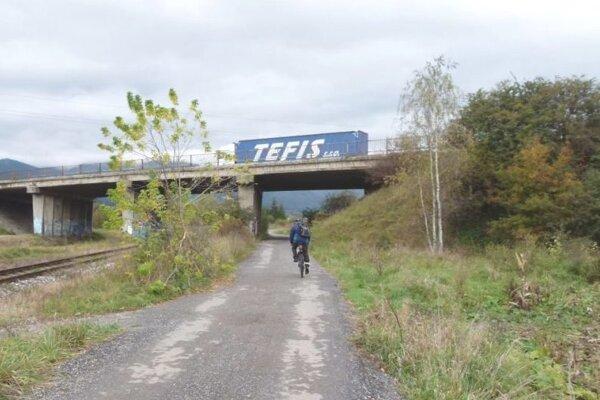 Na cyklochodníku pri firme Ecco Slovakia zrejme pribudne osvetlenie.