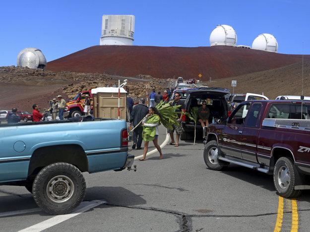 Protestujúci bránia vstup na vrch Mauna Kea na snímke z roku 2014.