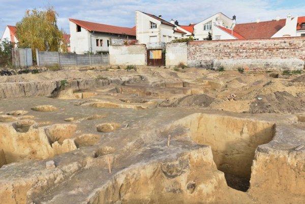 Archeológovia objavili na pozemku, na ktorom sa bude realizovať polyfunkčný objekt, úlomky sošiek žien, pochádzajúce z obdobia mladšej doby kamennej - neolitu.