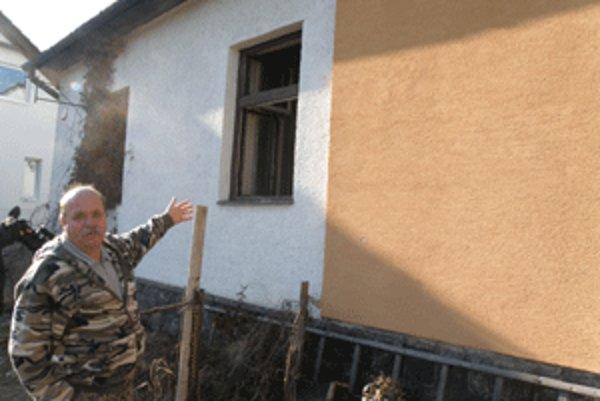 Peter Moravčík tvrdí, že má pre otvorené okná v susednom dome pleseň vo svojej kuchyni.