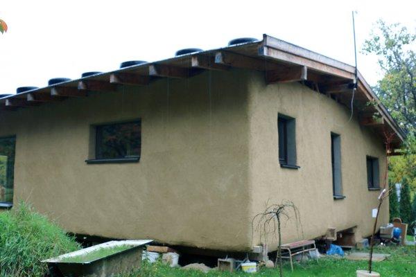 Ekologický dom vybudoval Ivan Hanko z Lazian zo slamy.