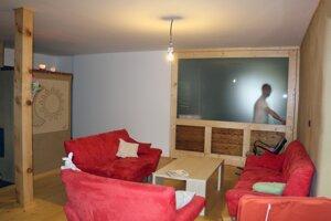 Interiér ekologického domu zo slamy v Lazanoch.