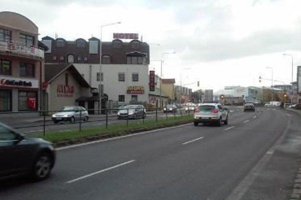 Plynule mestom prejdú vodiči iba vtom prípade, ak idú plynule 50-kilometrovou rýchlosťou.