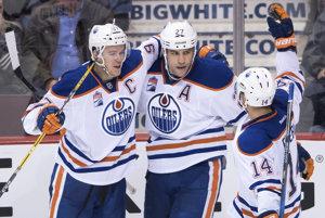Edmonton patrí k prekvapeniam začiatku novej sezóny NHL. Na snímke kapitán Connor McDavid (vľavo) s Milanom Lucicom (uprostred) a Jordanom Eberlem (vpravo).