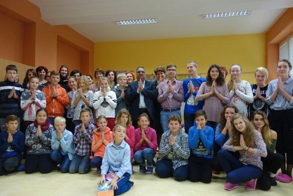 Medzi žiakov v Diviakoch nad Nitricou zavítal indický veľvyslanec na Slovensku.