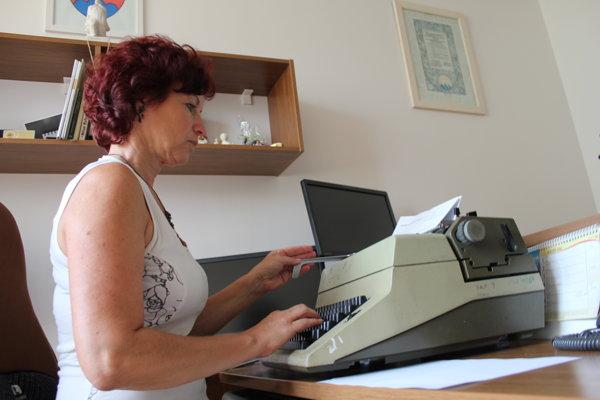 Katarína Cipovová z Obecného úradu v Lehote pod Vtáčnikom ešte aj dnes občas využije písací stroj.
