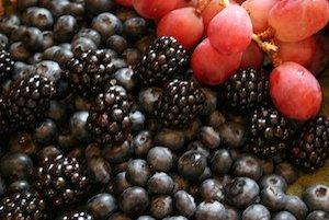 Hrozno, čučoriedky, černice, ale aj maliny, jahody a ostatné bobuľové ovocie sú bohatým zdrojom antioxidantov.