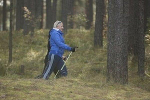 Odborníci ako súčasť prevencie osteoporózy odporúčajú dostatok poybu. Vo vyššom veku je veľmi vhodnou pohybovou aktivitou napríklad nordic walking.