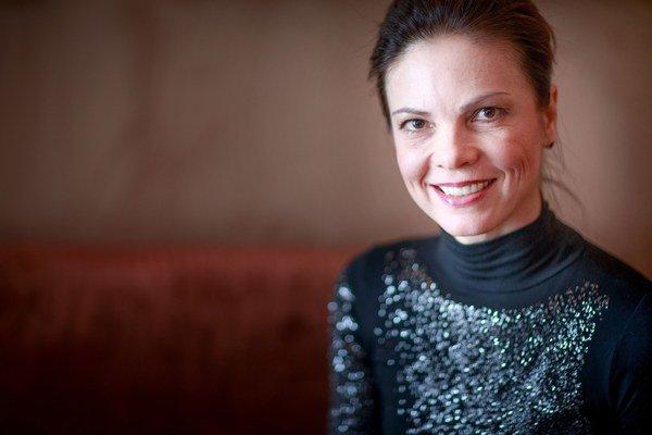 Andrea Rajňáková - Vyštudovala Lekársku fakultu Univerzity Komenského v Bratislave. Po získaní prvej atestácie odišla do Singapuru, kde pracovala v Univerzitnej nemocnici a získala titul PhD. Je uznávanou odborníčkou v oblasti gastroenterológie, hepatológ