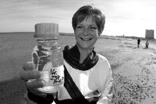 Astrid Kaschová z Úradu zdravia v Rostocku robí skúšku morskej vody pri Warnemunde. Od mája do septembra sa až na 400 plážach Baltského mora bude preverovať kvalita vody. Na 85 percentách tejto obľúbenej dovolenkovej oblasti Nemecka namerali odborníci ve
