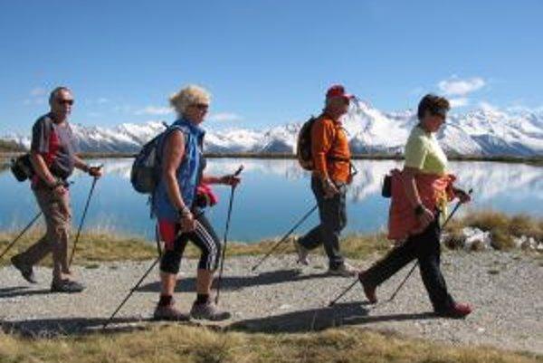 Súčasťou prevencie osteoporózy je pohyb - pre všetky vekové kategórie je vhodný tzv. nordic walking.