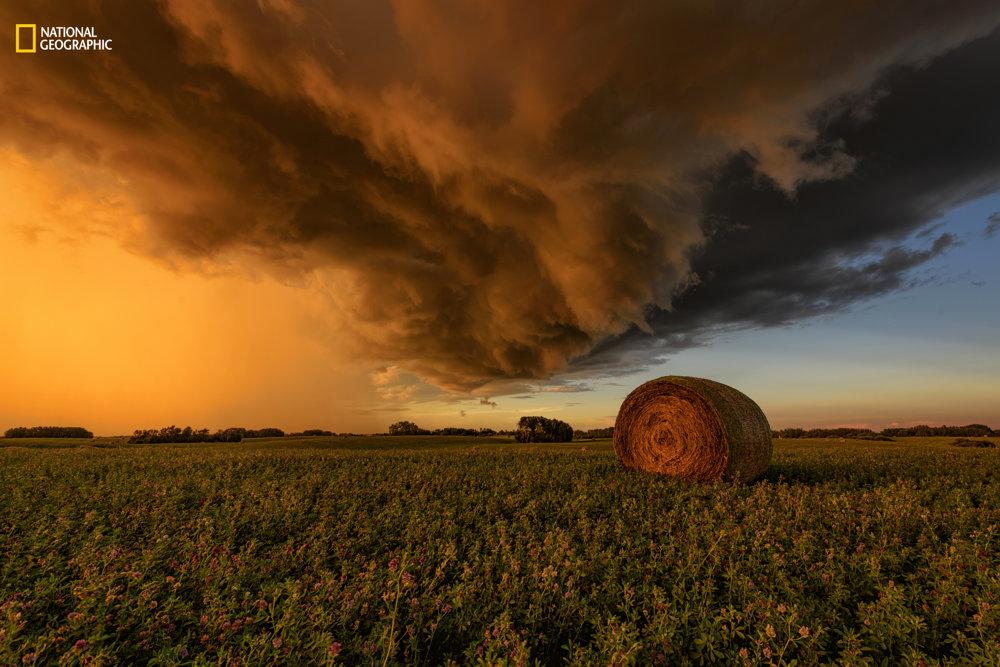 ORANŽOVÝ SÚMRAK.  Farebné predstavenie pred búrkou. Jeff W./2016 National Geographic Nature Photographer of the Year