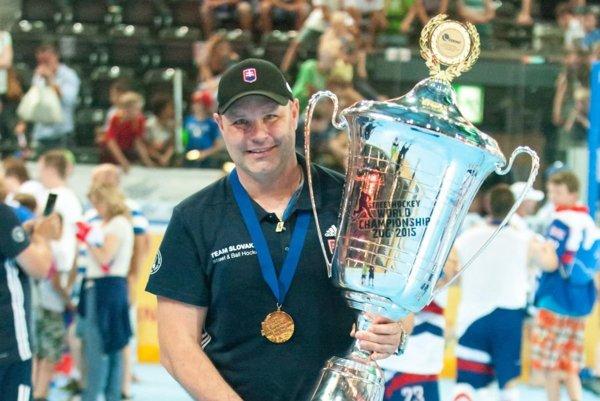 Jozef Ďuris smajstrovským pohárom.