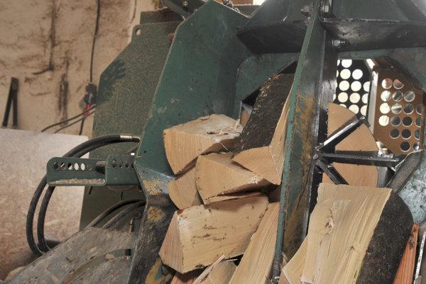 Štiepanie dreva môže byť nebezpečným.