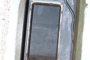 Interiér jedného z troch bunkrov. Ktosi je za dverami.