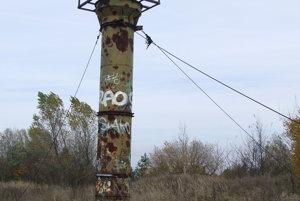 Vyhliadková veža na vrchole základne je zo zeme istená lanami.