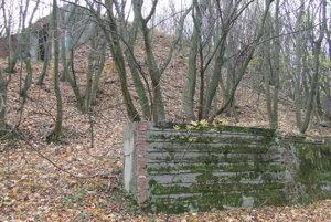 Fotografia je z miesta bývalého volejbalového ihriska. Nad ním sa týči jeden z bunkrov.