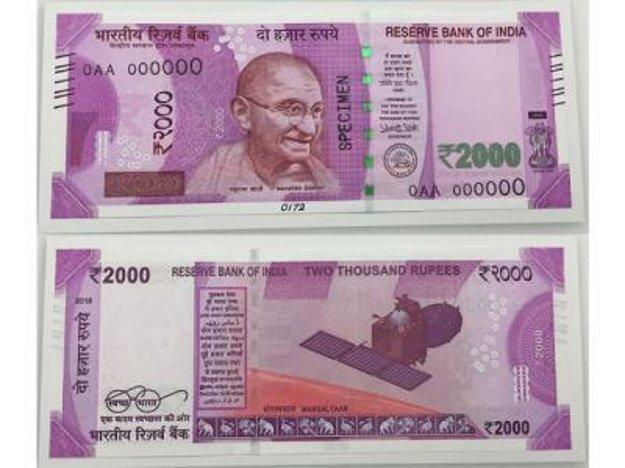 Nové bankovky v nominálnej hodnote 2000 rupií nahradia staré tisíc rupiové bankovky.