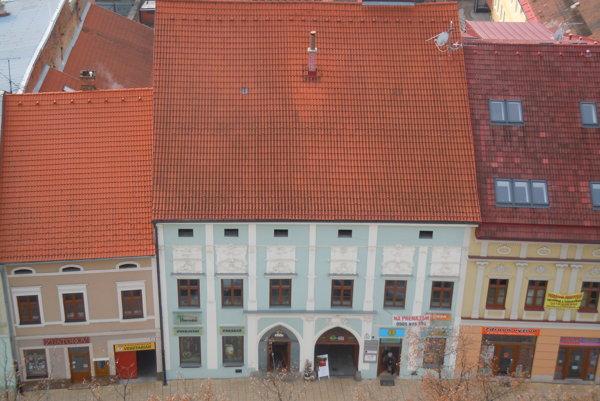 Zimná strana námestia. Dominuje jej dom ťažiarskej rodiny Paltzmannovcov.