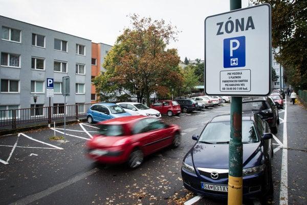 Karlova Ves si už zaviedla vlastné pravidlá parkovania, ktoré platia vo vybraných lokalitách od októbra.