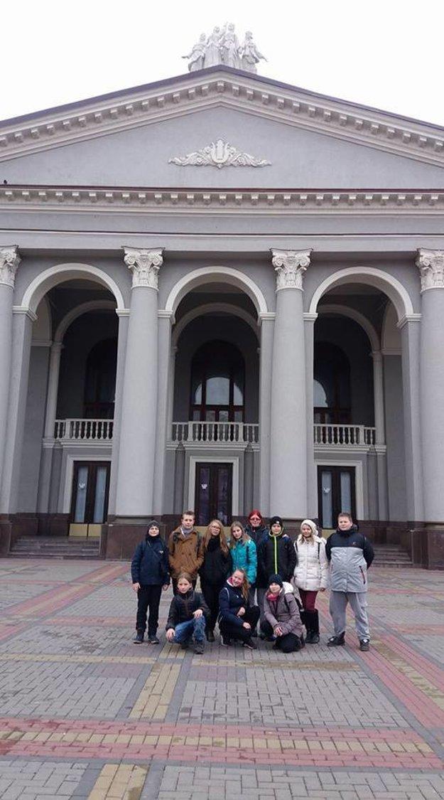 Súbor Drim na Ukrajine. V strede jeho vedúca Marica Šišková.
