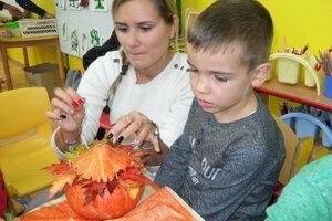 Deťom pomáhali rodičia aj učiteľky.
