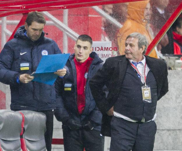 Matúš Bero (v strede) dostal od Jána Kozáka (vpravo) príležitosť na pár minút.