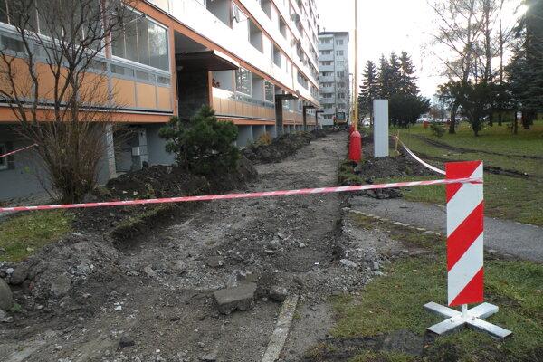 Na ulici Za dráhou sa kopalo tiež kvôli internetu, teraz pred jedným z panelákov rekonštruujú chodník.