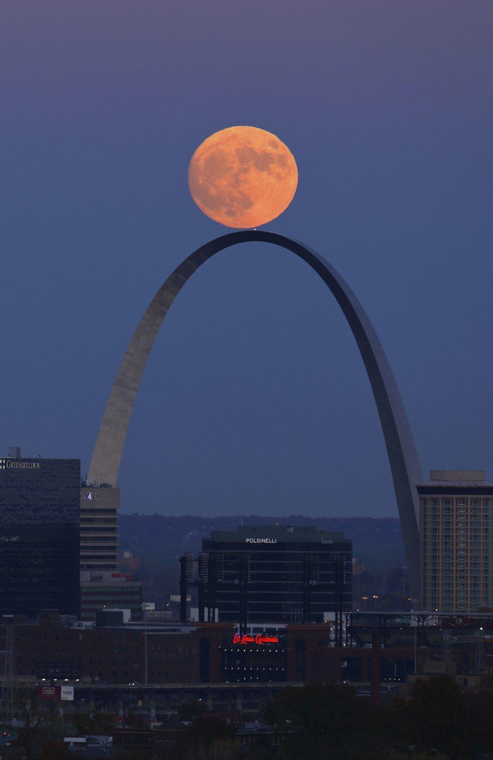 Mesiac v splne nad pamätníkom Gateway Arch v americkom St. Louis. FOTO TASR/AP