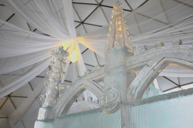 Detaily výzdoby ľadovej gotickej katedrály počas výstavby.
