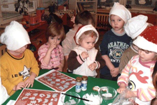 Deti pomáhali pri pečení aj zdobení medovníkov.