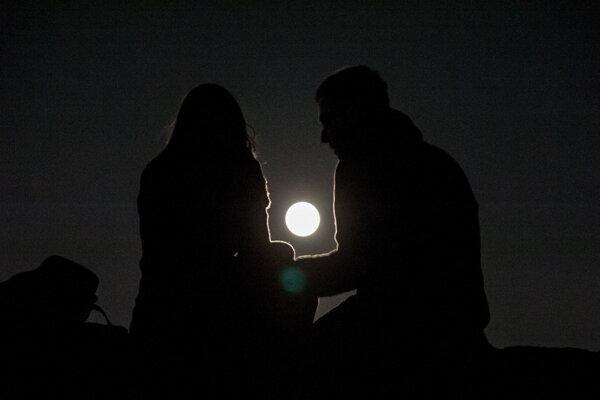 Na Mesiac dnes hľadia milióny očí na celom svete.