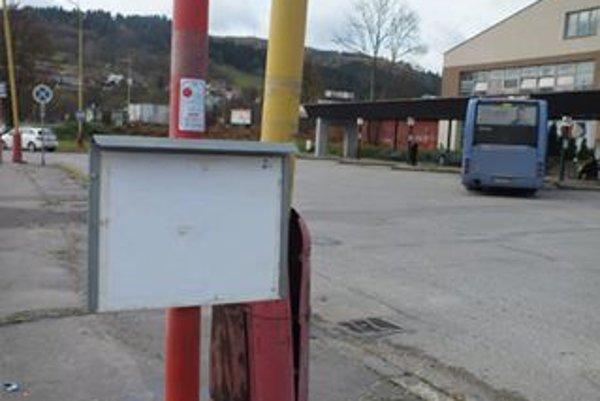 Autobusová stanica sa cestujúcim nepáči. Permanentne tam vyčíňajú aj vandali.