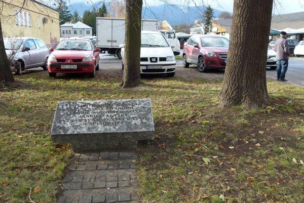 Pri čítaní textu na pamätníku J. Jesenského sa potrápite.