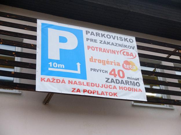 Táto prevádzka si poradila. Zákazníkom dáva možnosť zaparkovať na vyhradených miestach zadarmo, na 40 minút.