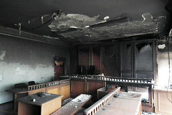 Oheň urobil v pojednávacej miestnosti riadnu škodu.