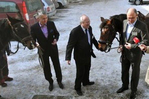 Delegátov vítali v Prešove dva hnedáky. Priviedol ich miestny člen SaS Andrej Buday.