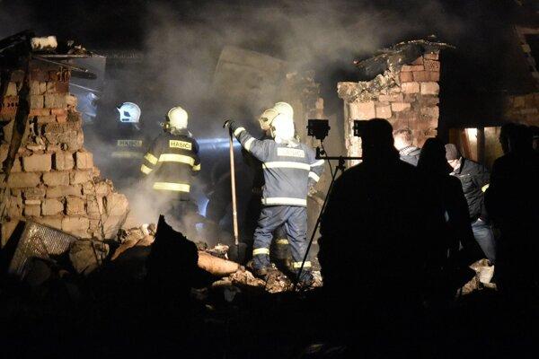 Na snímke tragický požiar, ku ktorému došlo večer 17. decembra 2015 v rómskej osade v obci Sačurov v okrese Vranov nad Topľou. Tento požiar si vyžiadal život troch detí.