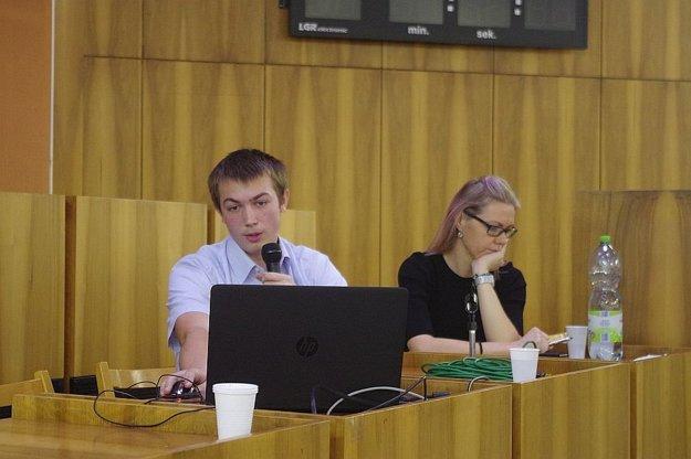Vo svojej dielni skúša Tomáš kadečo. Počas prezentácie bolo veselo.