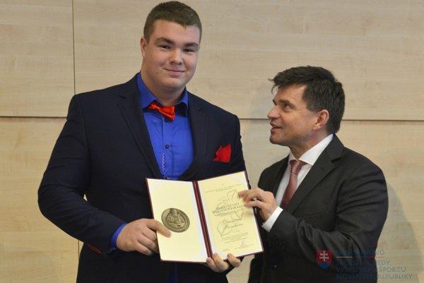 Denis Borcha si prevzal Pamätný list sv. Gorazda z rúk ministra školstva Petra Plavčana.